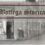 scorcio di una strada del centro in bianco e nero con scritta bottega storica